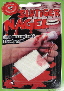 Blutiger Nagel mit Verband