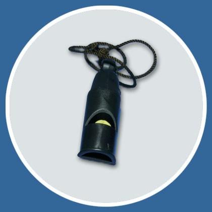 Pfeifferl schwarz aus Plastik mit Schnur